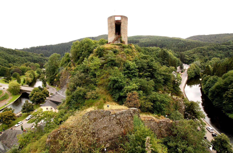 Widok z wzgorza zamkowego w Esch sur Sure
