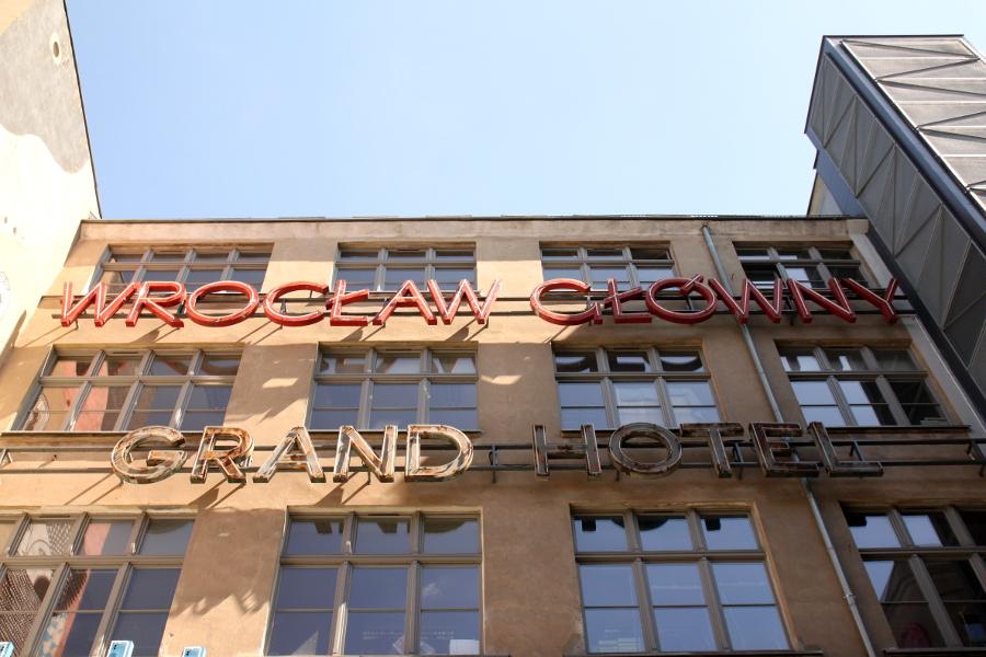 Wrocław galeria neonów Ruska 46