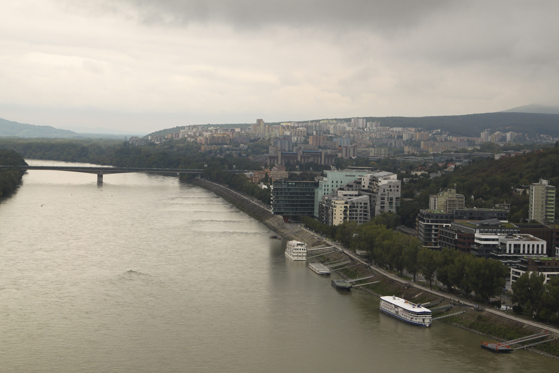 Bratysława widok na miasto z mostu SNP UFO