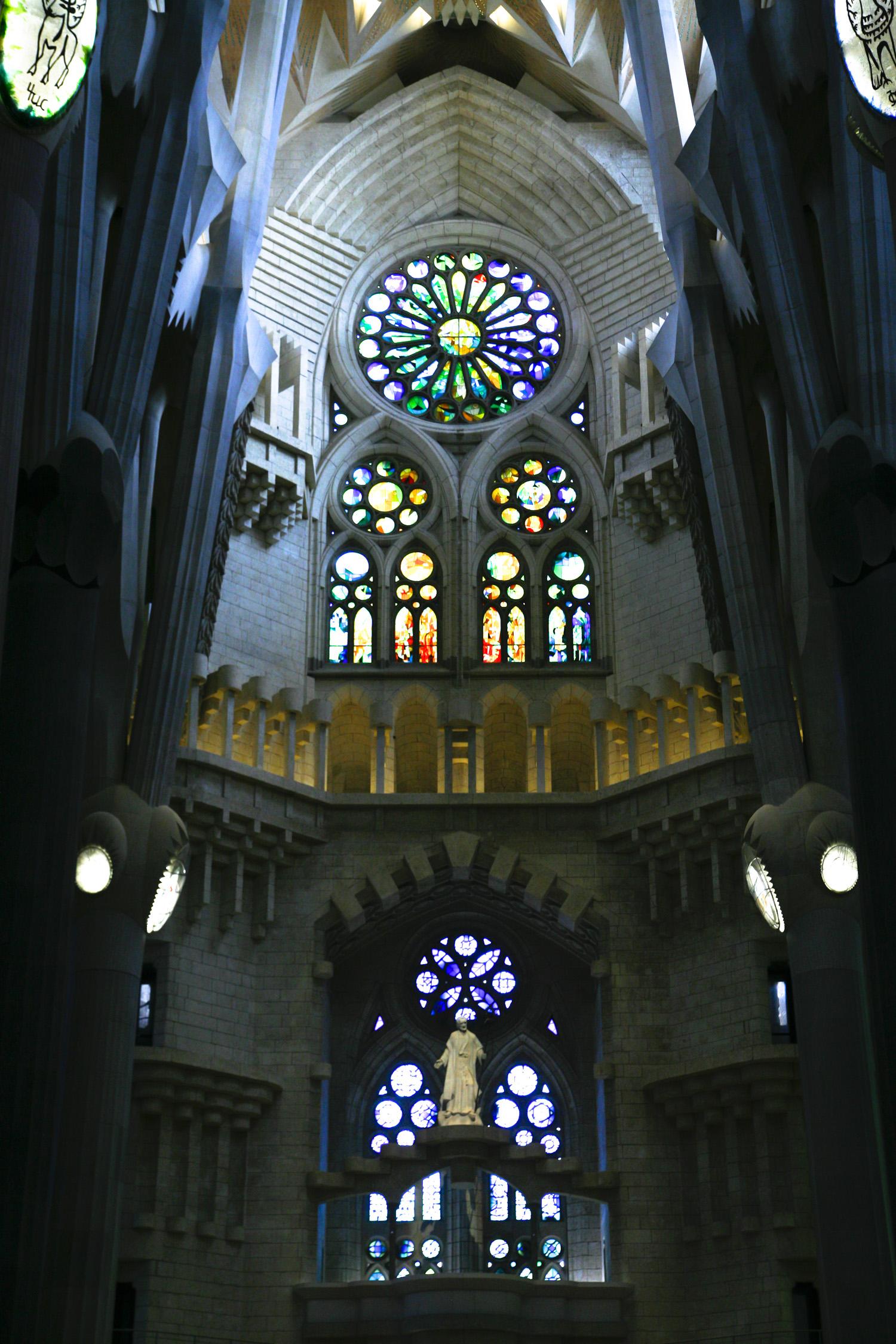 Barcelona Sagrada Familia wnetrze witraze