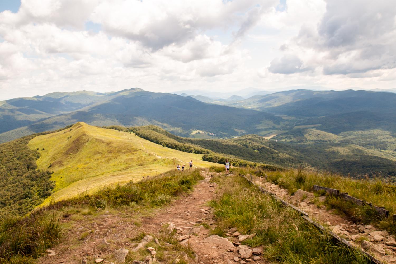 Połonina Caryńska widok na Szeroki Wierch Tarnicę